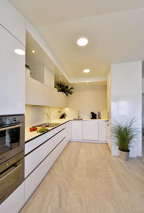 Bílý kuchyňský kout