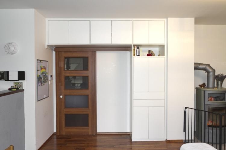 Atypická skříň nad dveře