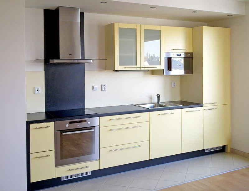 Bílá kuchyně do tvaru L