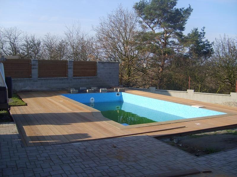 Okolí bazénu