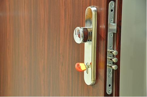 Bezpečnostní dveře   s bezpečnostním kováním