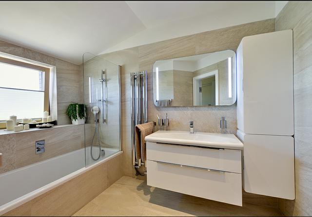 Moderní světlá koupelna