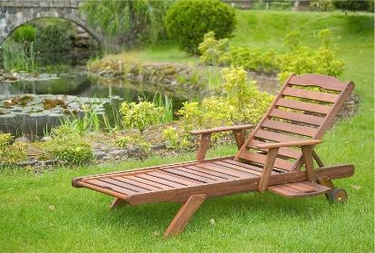 Dřevěné zahradní lehátko
