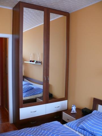 Skříňka se zrcadly