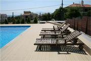 Prostorná bazénová terasa